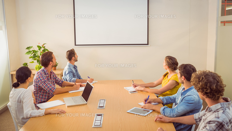 Attentive business team following a presentationの写真素材 [FYI00008160]