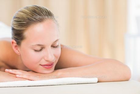 Peaceful blonde lying on towelの素材 [FYI00008180]