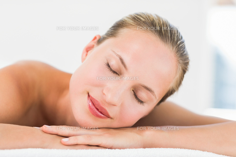 Beautiful young woman on massage tableの写真素材 [FYI00008181]