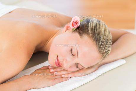 Peaceful blonde lying on towelの素材 [FYI00008185]