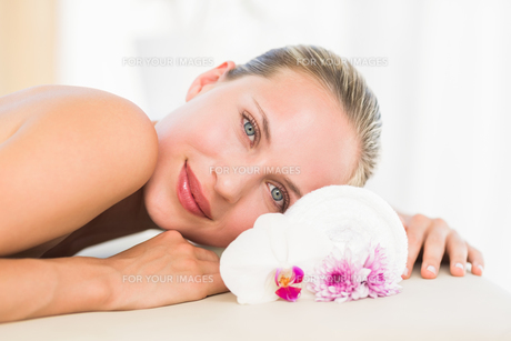 Beautiful blonde lying on massage tableの写真素材 [FYI00008186]