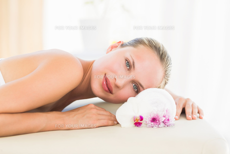 Beautiful blonde lying on massage tableの写真素材 [FYI00008188]