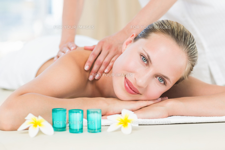Beautiful blonde lying on massage tableの写真素材 [FYI00008189]