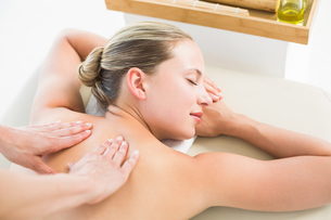 Woman enjoying a back massageの写真素材 [FYI00008195]