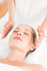 Calm woman receiving reiki treatmentの写真素材 [FYI00008196]
