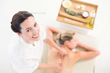 Woman enjoying a back massageの素材 [FYI00008198]