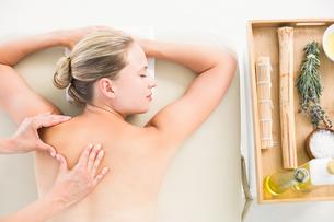 Woman enjoying a back massageの素材 [FYI00008199]