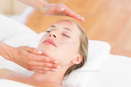 Calm woman receiving reiki treatmentの写真素材 [FYI00008208]