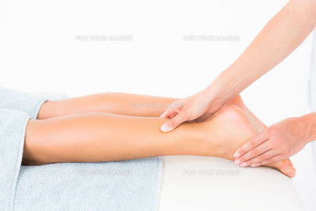 Woman receiving leg massage at spa centerの素材 [FYI00008210]