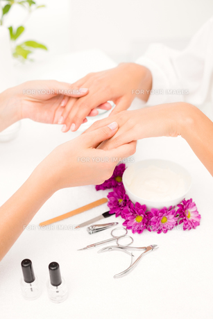 Beautician filing female clients nails at spa beauty salonの素材 [FYI00008213]