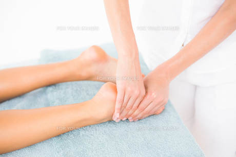 Woman receiving leg massage at spa centerの素材 [FYI00008215]