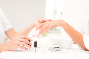 Beautician filing female clients nails at spa beauty salonの素材 [FYI00008216]