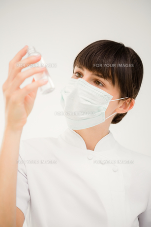 Nurse looking at a bottleの写真素材 [FYI00008224]