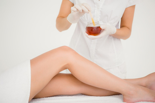 Therapist waxing womans leg at spa centerの写真素材 [FYI00008225]