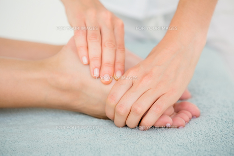 Close-up of a woman receiving foot massageの素材 [FYI00008239]
