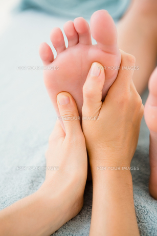 Close-up of a woman receiving foot massageの素材 [FYI00008244]