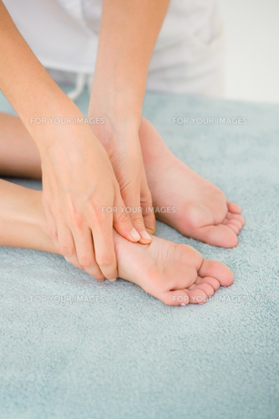 Close-up of a woman receiving foot massageの素材 [FYI00008246]