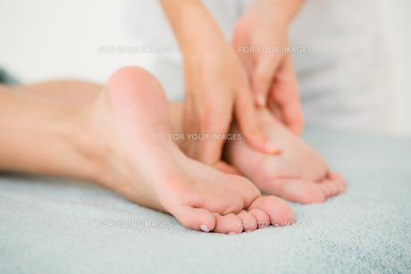 Close-up of a woman receiving foot massageの素材 [FYI00008247]