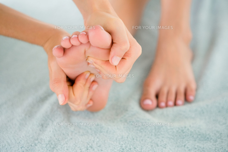Close-up of a woman receiving foot massageの素材 [FYI00008251]