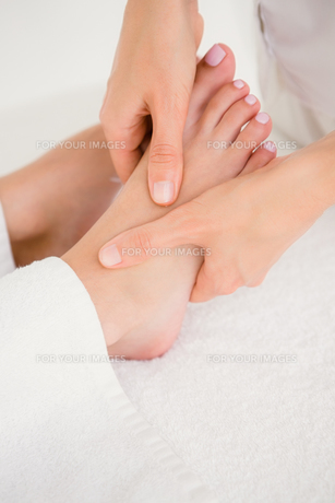 Close-up of a woman receiving foot massageの素材 [FYI00008256]