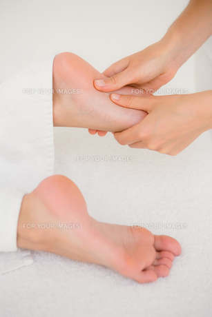 Close-up of a woman receiving foot massageの素材 [FYI00008257]