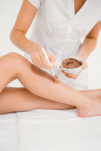 Therapist waxing womans leg at spa centerの写真素材 [FYI00008258]