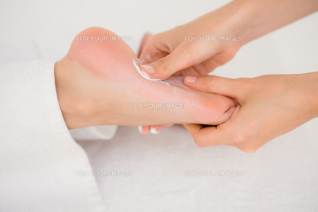 Close-up of a woman receiving foot massageの素材 [FYI00008259]
