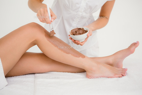 Therapist waxing womans leg at spa centerの素材 [FYI00008260]