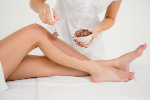 Therapist waxing womans leg at spa centerの写真素材 [FYI00008260]