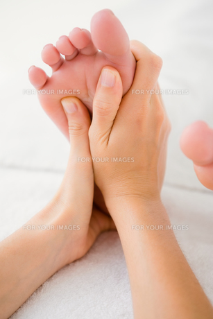 Close-up of a woman receiving foot massageの素材 [FYI00008264]