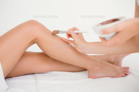 Therapist waxing womans leg at spa centerの写真素材 [FYI00008267]