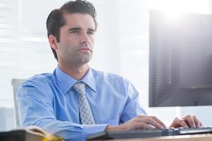 Serious businessman using computerの写真素材 [FYI00008269]