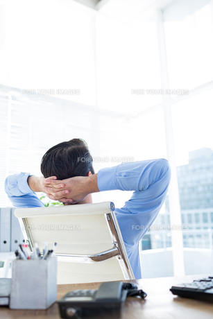 Thoughtful businessman at office deskの写真素材 [FYI00008271]