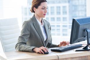 Businesswoman using his computerの写真素材 [FYI00008279]