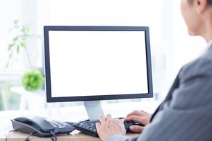 A businesswoman using computerの写真素材 [FYI00008285]