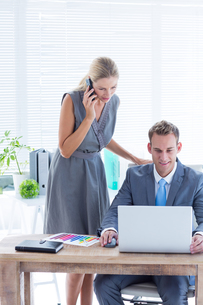 Business people working together on laptopの写真素材 [FYI00008294]