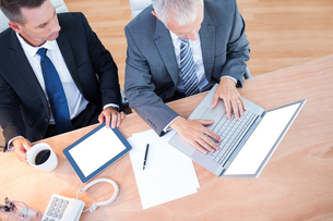 High view of businessmen working together on laptopの写真素材 [FYI00008298]