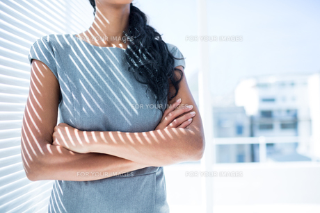 Businesswoman with arms folded in the officeの写真素材 [FYI00008331]