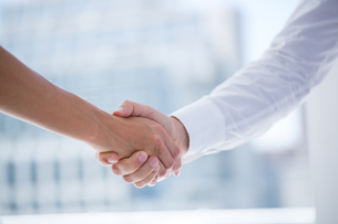 Close up view of two business people shaking handsの写真素材 [FYI00008341]