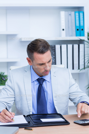 Professional businessman doing some calculationsの写真素材 [FYI00008348]