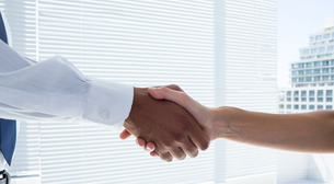 Close up view of two business people shaking handsの写真素材 [FYI00008349]