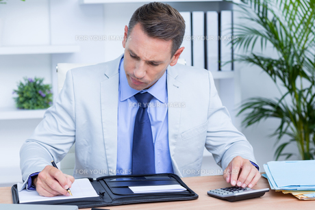 Professional businessman writing on his notebookの写真素材 [FYI00008350]