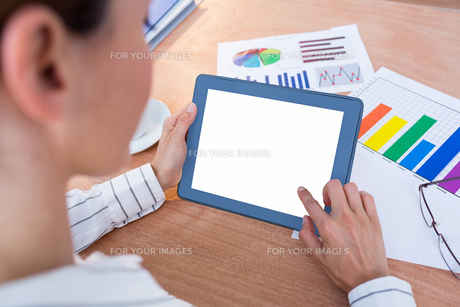 Businesswoman using her digital tabletの素材 [FYI00008368]