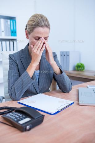 Pretty blonde businesswoman using notepadの写真素材 [FYI00008381]