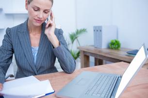 Pretty blonde businesswoman phoningの写真素材 [FYI00008382]