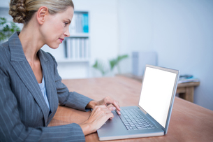 Attentive businesswoman working on laptopの写真素材 [FYI00008387]