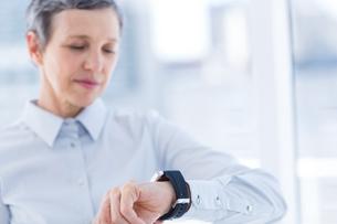 A businesswoman looking her smartwatchの写真素材 [FYI00008396]