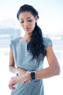 A businesswoman using her smartwatchの写真素材 [FYI00008397]
