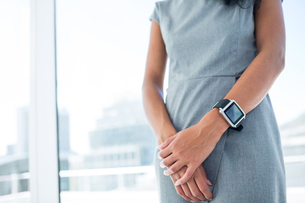 Businesswoman wearing a smartwatch with arms foldedの写真素材 [FYI00008398]