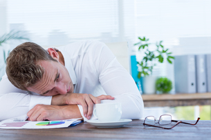 Exhausted businessman sleeping on the deskの写真素材 [FYI00008410]